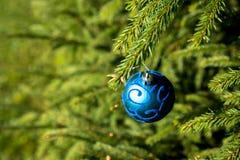 与蓝色装饰品的圣诞节背景 新年与发光的球的党装饰 复制空间 卡片,邀请 蓝色 免版税库存图片