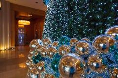 与蓝色装饰的圣诞树 免版税图库摄影