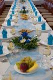与蓝色装饰的婚礼桌 免版税库存照片