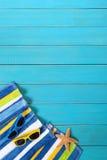 与蓝色装饰的海滩场面 免版税库存照片