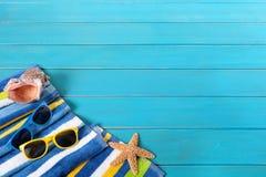 与蓝色装饰的海滩场面 库存照片