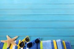 与蓝色装饰的海滩边界 库存图片