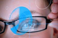 与蓝色证明技术的妇女佩带的玻璃 免版税库存照片