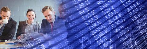 与蓝色财务图表转折的业务会议 库存图片