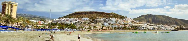 与蓝色遮阳伞和sunbeds, Los Cristianos, Tene的沙滩 库存照片