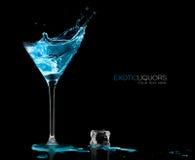 与蓝色酒精饮料飞溅的鸡尾酒杯 模板设计 免版税库存图片
