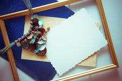 与蓝色金属化的纸的葡萄酒框架 库存图片