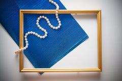 与蓝色金属化的纸的葡萄酒框架 免版税图库摄影