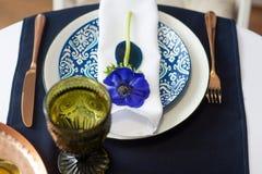 与蓝色银莲花属的表设置 免版税库存图片