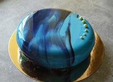 与蓝色镜子釉的奶油甜点蛋糕 免版税库存图片