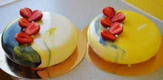 与蓝色镜子釉的奶油甜点蛋糕 图库摄影