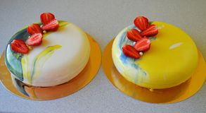 与蓝色镜子釉的奶油甜点蛋糕 库存照片