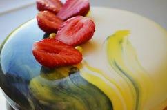 与蓝色镜子釉的奶油甜点蛋糕 免版税图库摄影