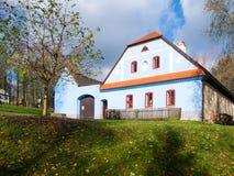 与蓝色门面的农村农舍 Vesely Kopec伙计博物馆 捷克农村建筑学 Vysocina,捷克 免版税库存图片