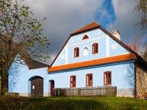 与蓝色门面的农村农舍 Vesely Kopec伙计博物馆 捷克农村建筑学 Vysocina,捷克 图库摄影