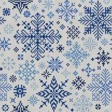 与蓝色雪花的无缝的被编织的样式在一白色backgro 免版税库存图片