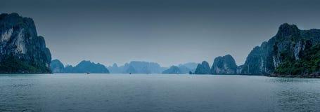 与蓝色雾和游人破烂物漂浮的清早风景 免版税库存照片