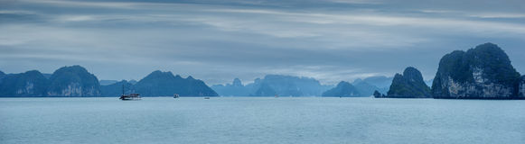 与蓝色雾和游人破烂物漂浮的清早风景 库存照片
