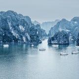 与蓝色雾和游人破烂物漂浮的清早风景 免版税图库摄影
