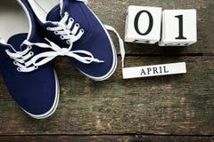与蓝色鞋子的日历立方体 免版税库存照片