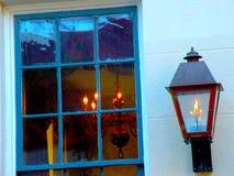 与蓝色颜色口气和照明设备的土气南部的窗口 库存图片