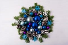与蓝色颜色的圣诞节花圈遮蔽装饰品 免版税库存图片