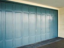 与蓝色颜色的木幻灯片门 库存照片