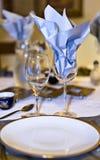 与蓝色餐巾的餐具 库存图片