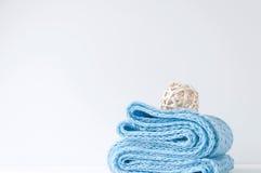 与蓝色围巾和藤条球的最小的典雅的构成 免版税库存照片
