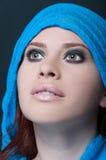 与蓝色围巾摆在的模型肉欲 免版税图库摄影