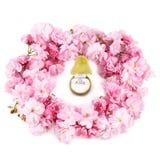 与蓝色黄玉的金戒指在首饰的礼物盒在梨形状  库存图片