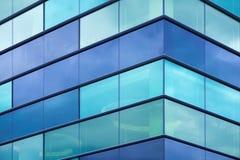 与蓝色玻璃的现代办公室门面片段 免版税库存照片