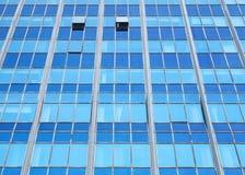 与蓝色玻璃的现代办公室门面透视 库存照片