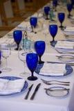 与蓝色&白色题材的一个桌设置 图库摄影
