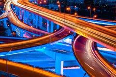 与蓝色轻的展示的立体交叉高架桥 图库摄影