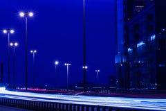 与蓝色轻的足迹的速度行动,现代城市 免版税库存照片