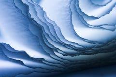 与蓝色绉纱的五颜六色的抽象构成 免版税库存图片