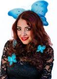 与蓝色蝴蝶的美丽的时尚女孩特写镜头在她的hai 免版税库存照片