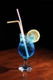 与蓝色curacao的鸡尾酒 免版税库存照片