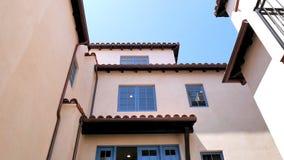 与蓝色Windows和西班牙瓦屋顶的白色膏药门面 库存图片