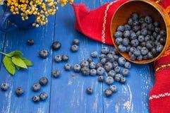 与蓝莓篮子的碎屑在桌上 木背景 顶视图 特写镜头 库存图片