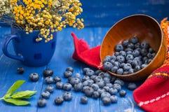 与蓝莓篮子的碎屑在桌上 木背景 顶视图 特写镜头 免版税库存图片