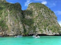 与蓝绿色海洋的美丽的山 库存图片