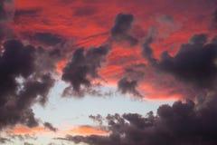 与蓬松云彩的日落 免版税库存照片