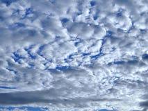 与蓬松云彩的蓝天,背景 免版税库存图片