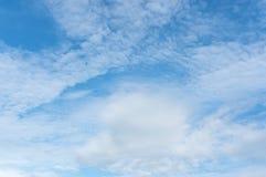 与蓬松云彩的蓝天 库存图片