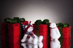 与蓬松北极熊和企鹅的圣诞节礼物 库存照片