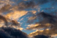 与蓬松日落的抽象天空背景在温暖的口气覆盖 库存图片