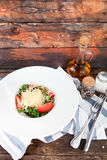 与蓬蒿、乳酪、橄榄油和大蒜选矿的蕃茄沙拉, 免版税图库摄影