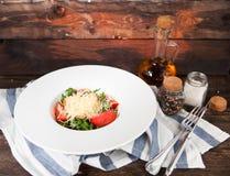 与蓬蒿、乳酪、橄榄油和大蒜选矿的蕃茄沙拉, 免版税库存图片